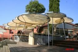iles tendues pour les parasols hôtel Benkiraï à St Tropez dans le Var