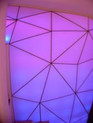 Mur tendu lumineux 3D a changement de couleur dans la boutique de luxe à Aix en Provence réalisé par JEFTIC