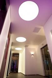 Mur tendu lumineux et plafond tendu avec incrustation de plafond tendu lumineux