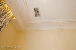 Moulures en staff et plafond blanc mat dans la suite de l'hotel Auberge de Cassagne