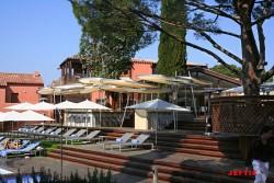 Parasol au design moderne dans l'hotel Benkiraï à St Tropez