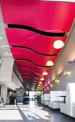 Cadres acoustiques 3D en forme de vague suspendus à la brasserie Le Carré à Bouc-Bel-Air (13