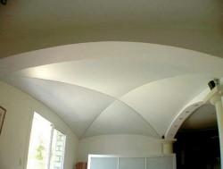 Plafond tendu mat blanc en voûte croisée d'ogive pour remplacer un plafond en mauvais état