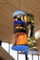 Luminaires suspendus avec impression numérique situés sur l'air d'accueil de Viaduc de Millau