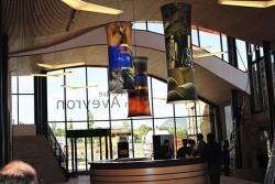 Luminaires suspendu avec impression numérique situé sur l'air d'accueil de Viaduc de Millau