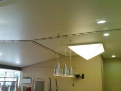Luminaire en forme de pyramide et plafond tendu acoustique dans une ecole près d'Aix en Provence