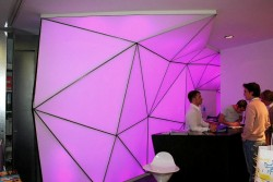 Mur tendu lumineux à changement des couleurs dans la boutique à Aix en Provence
